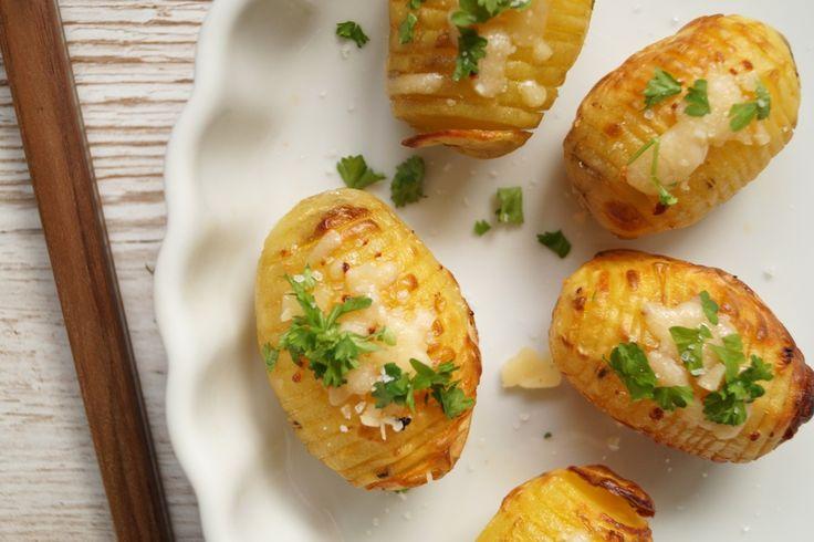 Hasselbagte kartofler med hvidløg og parmesan. Opskrift på de lækreste hasselbagte kartofler med hvidløg, parmesan og et drys af persille og havsalt.