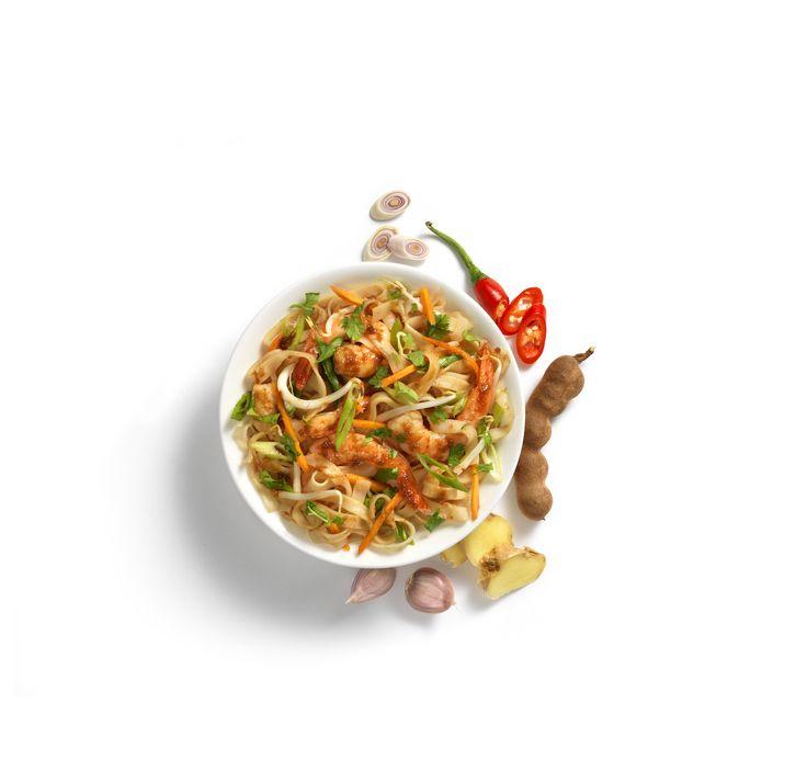 Pittige Thaise noedels met frisse kruiden. Heerlijk met kip en garnalen. Tip: Strooi verse koriander en/of gehakte pinda's over het gerecht.