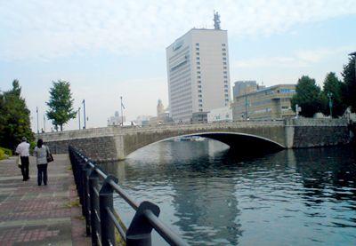 現在の横浜 万国橋。奥に見えるのは神奈川県警本部ビル。