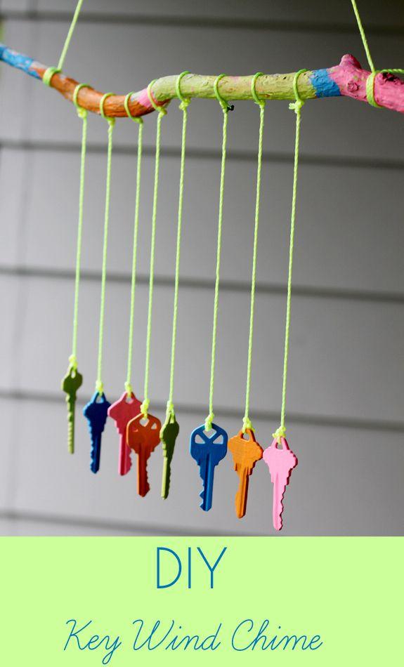Hacer un carrillón de llaves viejas y pintura acrílica. | 32 Cheap And Easy Backyard Ideas That Are Borderline Genius