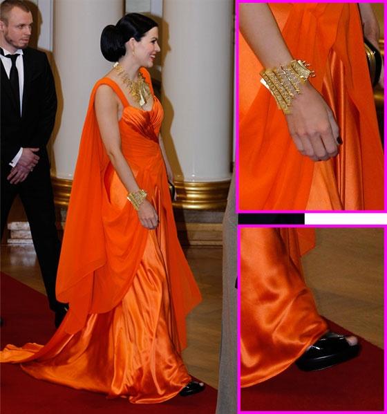 singer Jenni Vartiainen at President`s palace (dress Katri Niskanen)
