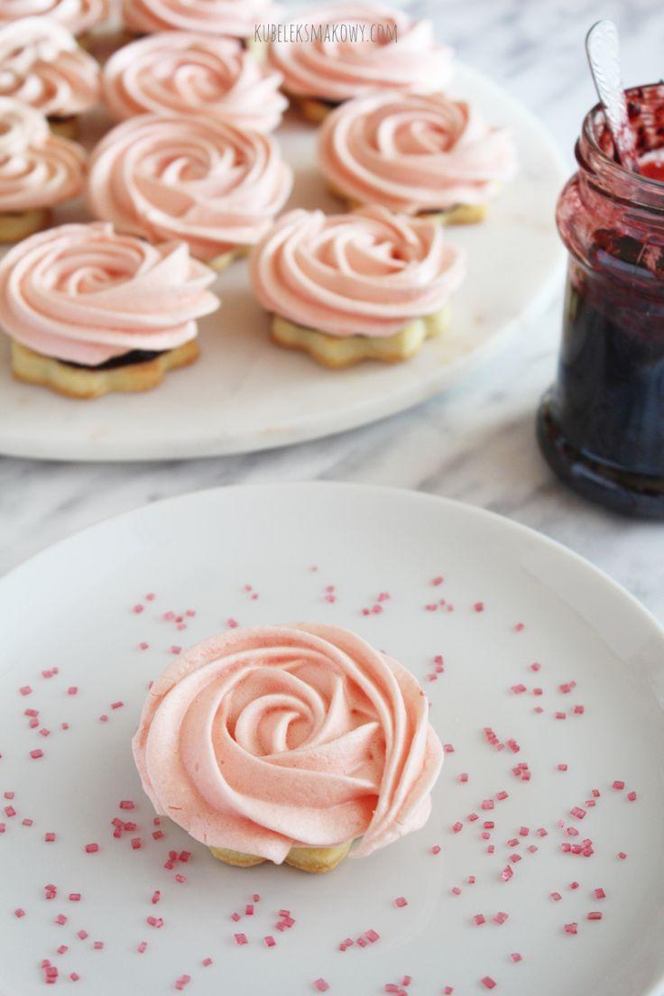 Kubełek Smakowy: Kruche ciastka-róże z bezą / Rose meringuem shortbread and jam cookies