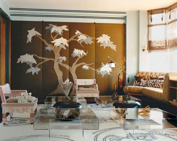 Гостиная квартиры вВерхнем Ист-Сайде, Нью-Йорк, проект 2002 года. Акриловые столики по дизайну Алессандро Альбрицци. Кресла XIX века. Диван сделан на заказ, Houston Upholstery