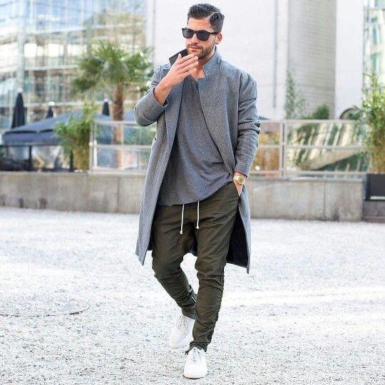 grauer Mantel, graues T-Shirt mit einem Rundhalsausschnitt, olivgrüne Chinohose, weiße niedrige Sneakers für Herren