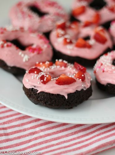 Шоколадные пончики с клубничным глазурью сливочного сыра |  chezcateylou.com