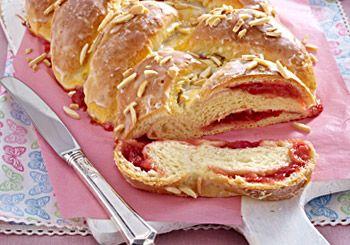 Rezept: Oster-Hefezopf mit Erdbeer-Rhabarber-Füllung