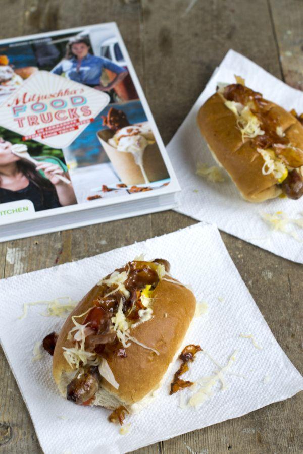 Deze zondag heb ik een hotdog voor jullie klaar staan. En wat voor eentje. Deze New York Hotdog is serieus de lekkerste hotdog die ik ooit heb gegeten. Een dikke vette aanrader dus! Als ik op een (food)festival ben neem ik het liefst een hotdog. Geen knakworstje tussen een wit bolletje met ketchup en mayonaise,... LEES MEER...