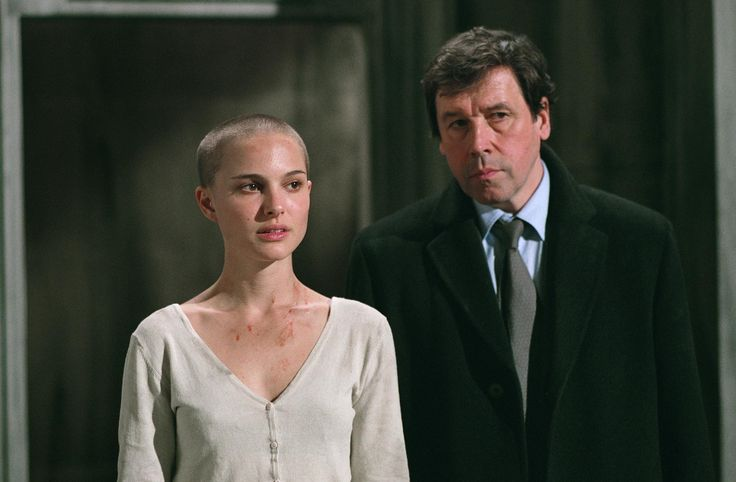 Still of Natalie Portman and Stephen Rea in V for Vendetta (2005) http://www.movpins.com/dHQwNDM0NDA5/v-for-vendetta-(2005)/still-4045508352