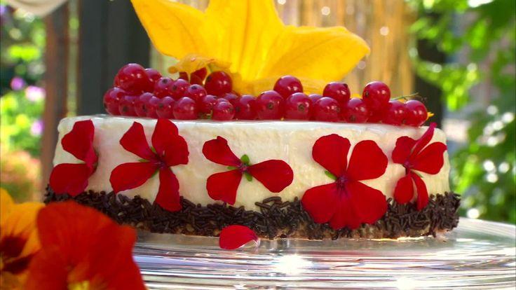 en tårta dekorerad med blommor