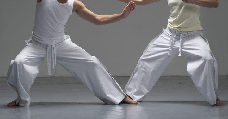 """Como aprender Aikido. Criado no Japão em 1925, o Aikido é uma filosofia que significa """"o caminho da harmonia espiritual"""". O Aikido também é uma forma de defesa pessoal praticada sem armas. Ao invés disso, os diferentes movimentos são desenhados para fazer o oponente perder o equilíbrio. Siga esses passos para aprender mais sobre Aikido."""