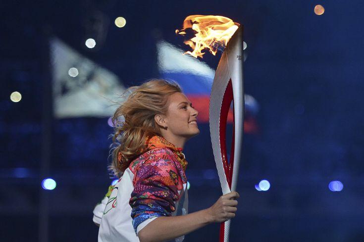 Maria Sharapova aleargă cu torţa olimpică, în timpul ceremoniei de deschidere a Jocurilor Olimpice de Iarnă desfăşurate în Soci, Rusia, vineri, 7 februarie 2014. (  Alberto Pizzoli / AFP  ) - See more at: http://zoom.mediafax.ro/sport/soci-2014-partea-i-12078340#sthash.MTlduSkN.dpuf