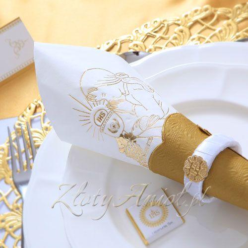 Serwetki to niezbędny element każdego przyjęcia. Na Komunię najbardziej pasują sewetki białe lub złote. Naljepiej, jeśli ozdobimy je dodatkowo dekoracyjnym serwetnikiem.