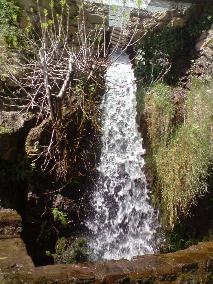 Salto de agua en el molino del nacimiento