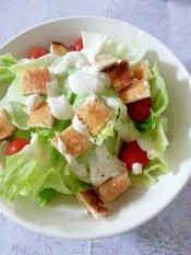 楽天が運営する楽天レシピ。ユーザーさんが投稿した「簡単手作り☆シーザーサラダドレッシング」のレシピページです。もったり目に仕上がるのでサンドウィッチのソースや野菜スティックに添えてディップ感覚でも♪。簡単手作り☆シーザーサラダドレッシング。マヨネーズ,にんにくチューブ,豆乳or牛乳,レモン果汁,粉チーズ,ブラックペッパー