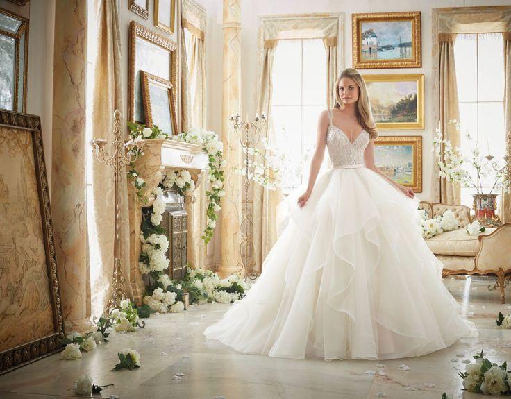 Olśniewający gorset z kryształkami i falbany z organzy, czyli wyjątkowa suknia ślubna Mori Lee typu Princess. Ta jedyna w swoim …