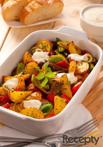 Brambory a ostatní zeleninu nakrájíme na větší kousky, smícháme s 3 lžícemi oleje, solí,kořením a pepřem a rozprostřeme do větší zapékací mísy a dáme na asi 10-15 minut podgril, občas zeleninovou směs promícháme. Hotový salát posypeme petrželkou a bylinkamia podáváme horký s Bio Dressingem SPAK Jogurt Zahradní bylinky buď jako lehkézeleninové jídlo, nebo jako velmi chutnou přílohu k masu či sýru.