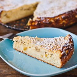 ricotta cheese cake. looks SO delicious! i love golden raisins - and it could be fun to lighten this up with yogurt and honey. mmmm.