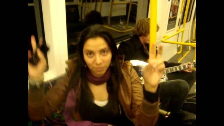 Latinos bailando en un tren, vean esto sera muy divertido FairDinkuM Latino
