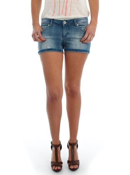 Short Only Coral Vaquero. La modelo lleva una talla 28. Se recomienda pedir una talla más.   #moda #ropa #fashion #style #tendencias #mujer #pantalón #modamujer