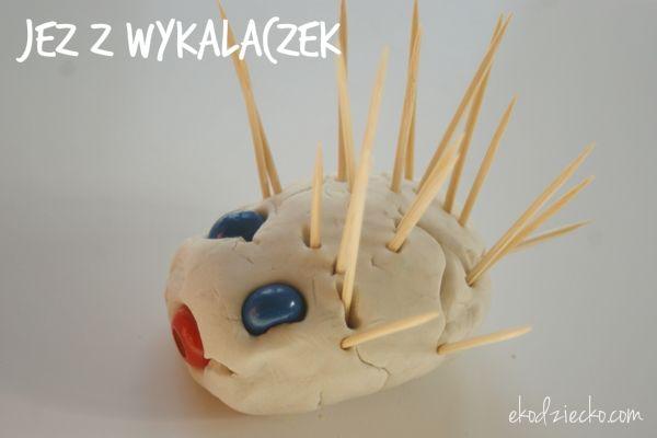 Jeż z wykałaczek, przestrzenna praca plastyczna dla przedszkolaków na jesień.  Hedgehog with toothpicks Spatial plastic work for preschoolers in the fall.
