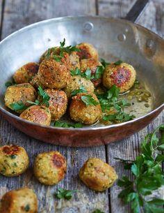 Dessa goda quinoa- och kikärtsbollar kan antingen serveras som ett vegetariskt alternativ till köttbullar - dvs med potatis, brunsås och lingon eller helt enkelt med en grönsallad. Vi tycker...