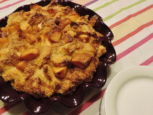 Broodpudding met gekaramelliseerde appeltjes Broodpudding wordt niet zo heel veel meer gemaakt terwijl het toch echt een lekkere manier is om al die sneetjes oud brood te verwerken. Meestal wordt