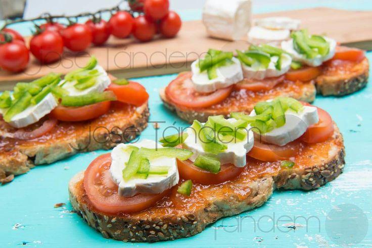 Tosta de tomate con mermelada de tomate, queso cabra y pimiento verde (Jose Tandem)