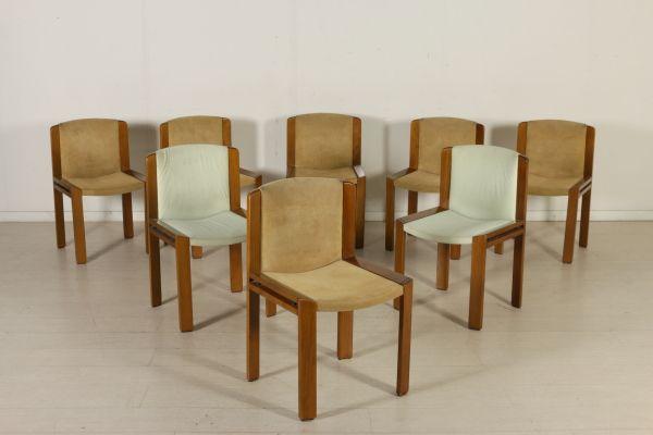 Gruppo di otto sedie; legno di faggio, imbottitura in espanso, rivestimento in tessuto. Buone condizioni, presentano piccoli segni di usura.