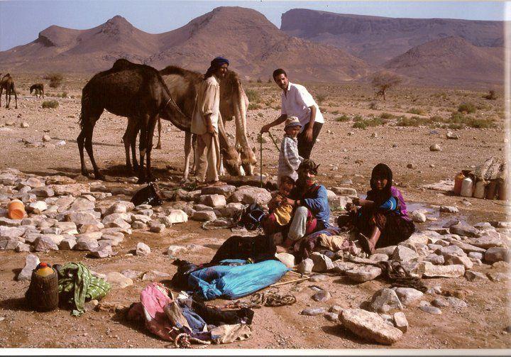 Marocco 1997, deserto, nomadi presso un pozzo