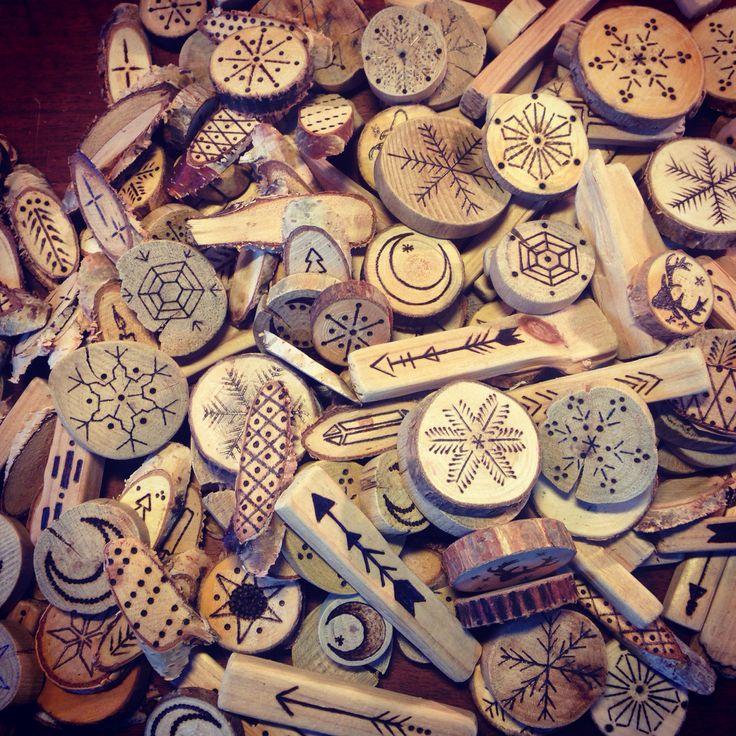 Déco de noël pour la boutique Josephine artisan fleuriste à Montpellier,rondelles de bois et bois flotté pyrogravé.