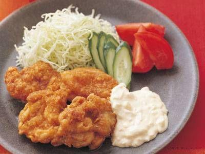渡辺 あきこさんの鶏もも肉を使った「チキン南蛮」のレシピページです。宮崎県のご当地料理として、注目を集めています。ジュワッと広がる肉汁に、たれとソースの甘みと酸味がたまらないおいしさ。 材料: 鶏もも肉、卵、甘酢だれ、タルタルソース、付け合わせ、塩、こしょう、小麦粉、揚げ油