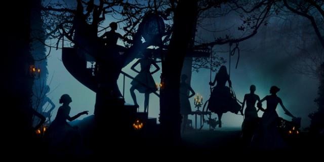 Dior,i giardini segreti di Versailles in un nuovo video. La moderna Maria Antonietta indossa per i giardini la nuova collezione autunno inverno 2013 di Dior  http://www.sfilate.it/193641/dior-i-giardini-segreti-di-versailles-in-un-nuovo-video