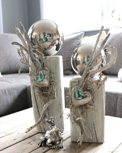 KL26 - Zweierset kleine Holzsäulen, gebeizt und weiß gebürstet, natürlich dekoriert mit einer großen Edelstahlkugel und Herz! Preis Säule klein 34,90 - Säule groß 39,90€