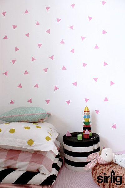 Triángulos en la pared de bebé