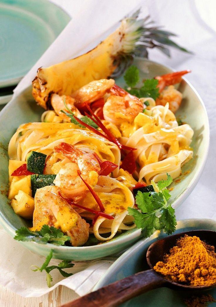 Puten-Nudelpfanne mit Shrimps und Ananas | http://eatsmarter.de/rezepte/puten-nudelpfanne-mit-shrimps-und-ananas