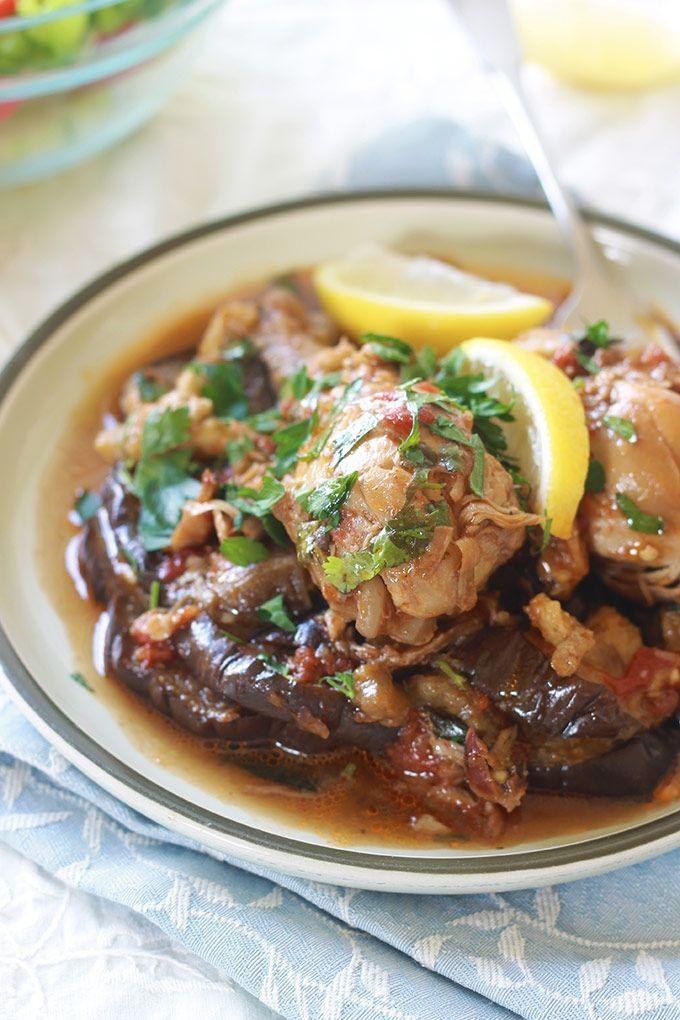 Tajine de poulet aux aubergines. Complet et savoureux. Le poulet est cuit dans une sauce tomate. Puis on ajoute des aubergines frites ou cuites au four.