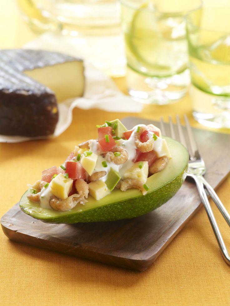 Een overheerlijke avocado gevuld met père joseph-kaas, garnaal en tomaat, die maak je met dit recept. Smakelijk!