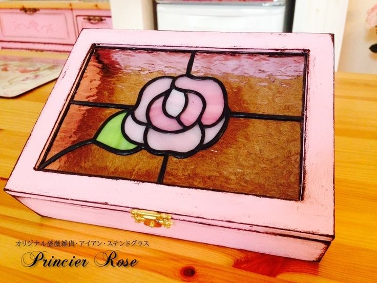 I made the accessories case with stained glass