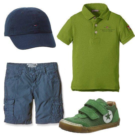 Outfit per bimbi, in verde e blu: polo Napapijri a maniche corte e sneakers con chiusura a strappo, verdi, bermuda Pepe Jeans, modello cargo, e cappellino, blu. Tutto in cotone.