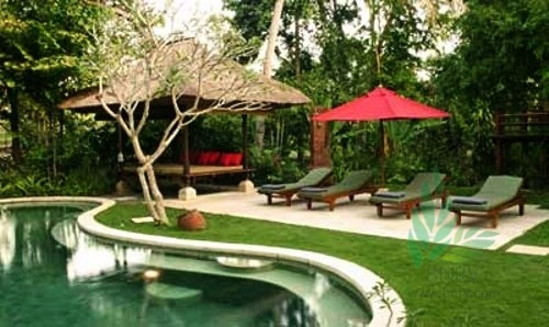 Named after the singing Pangi River that borders its secret garden, Villa Pangi Gita is a romantic three-bedroom retreat. This three bedroom villa is located in the district of Canggu, forty-five minutes drive north of the airport, close to the well-known Nirwana golf course, and fifteen minutes drive north of the nightlife and restaurants of Seminyak and Legian.