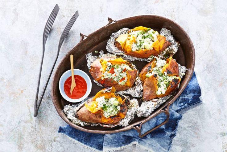 Gepofte zoete aardappel met lekkere extra's van de barbecue.- Recept - Allerhande