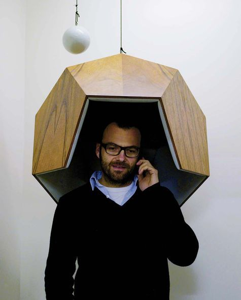 Robert Stadler, designer : L'emploi inédit de matériaux est une manière d'exciter l'œil  Le designer Robert Stadler dans son Pentaphone, cabine suspendue d'isolement phonique