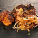 Bruno Oteiza elabora una receta depollo tandoori o pollo tanduri. Ésta es una receta tradicional del este de Asia y se prepara marinando el pollo con yogur y una mezcla de