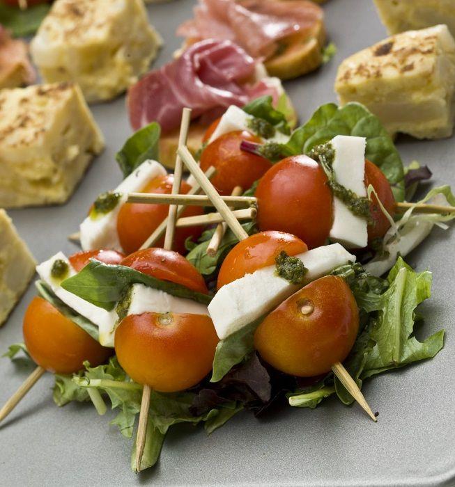 Receitas de Natal: espetinho de tomate com queijo e manjericão