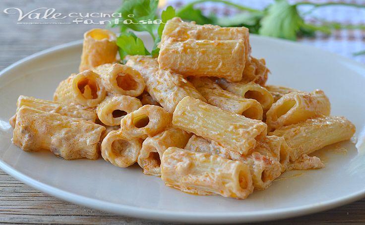Pasta con pesto di pomodori secchi, tonno e philadelphia
