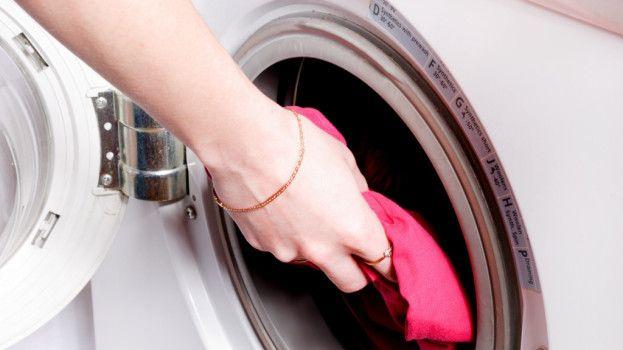 Žena pridala do prania čierne korenie. Tento trik od základov zmení spôsob, akým periete!