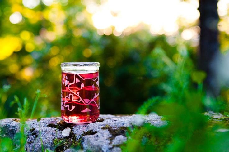 Nappe lasten juomalasi on valmistettu kierrätetystä lastenruokapurkista käsityönä Suomessa.