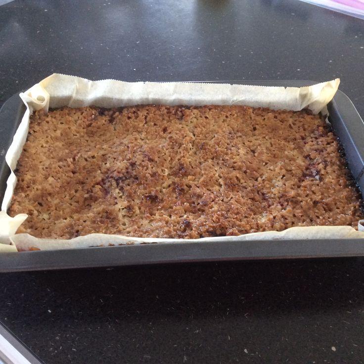 Norsk strøsselkage ( lille bradepande) Forklaring: Mel blandes med sukker, bagepulver og æg. Heri hakkes smøret og dejen æltes sammen. Rulles ud eller trykkes med fingerne i en lille bradepande, som en bund. ovenpå kommes der et lag marmelade. Derefter smeltes smøret i en gryde, som så tages fra varmen og heri blandes der havregryn og sukker. Fordel havre/sukkermassen over marmeladen. Bages på nederste rille på en rist ved 225 grader i ca. 20 min. Ingredienser: 225 g. hvedemel 100 g. sukker…