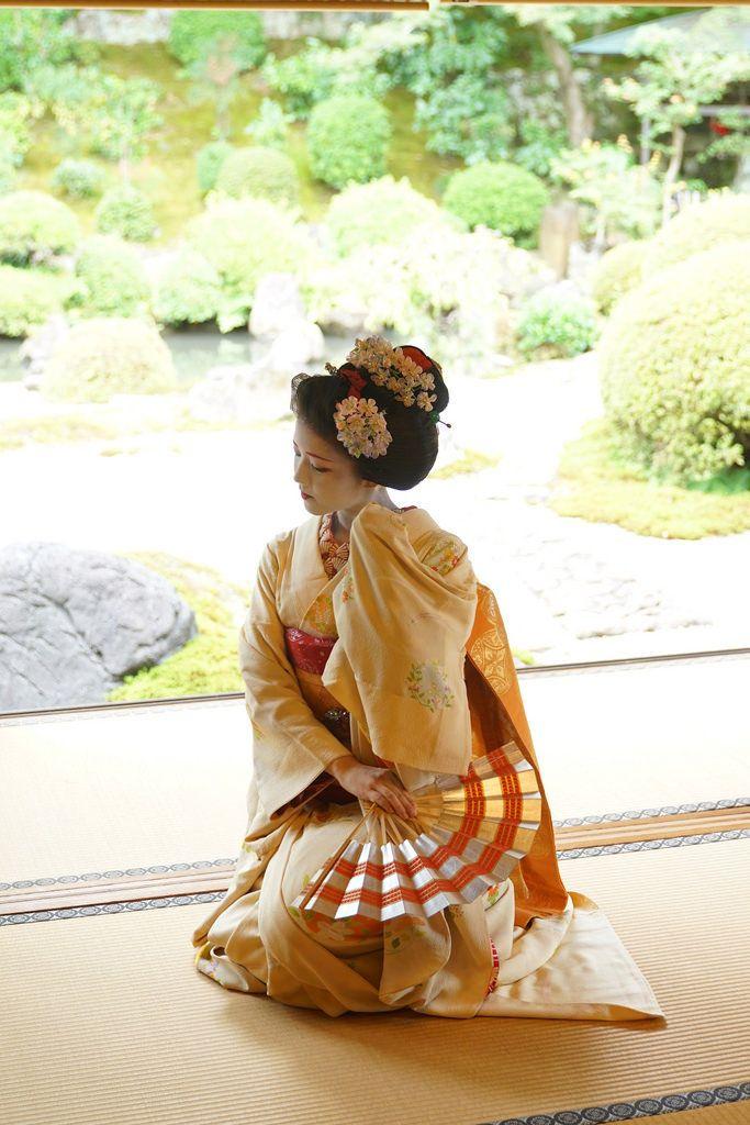 Kimono crème porté par la maiko Katsuna à Kyoto.