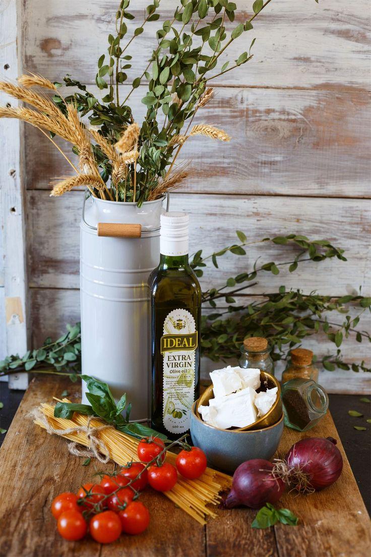 Три варианта офисных ланчей  Ланч 1  Греческий салат с пастой + творожные пончики  Ингредиенты: Помидоры черри — 200 г Огурец — 1 шт. Красный репчатый лук — 1 шт. Черные оливки (маслины) — 100 г  Фета — 120 г Спагетти (отварные) — 200 г Соль — по вкусу Нерафинированное оливковое масло — для заправки Свежий базилик — для украшения  На 100 г — 134 ккал  Для пончиков: Творог — 200 г Пшеничная мука — 1 стак. Куриное яйцо — 1 шт. Разрыхлитель теста — ½ ч. л. Банан — 1 шт. Черный шоколад — 30 г…